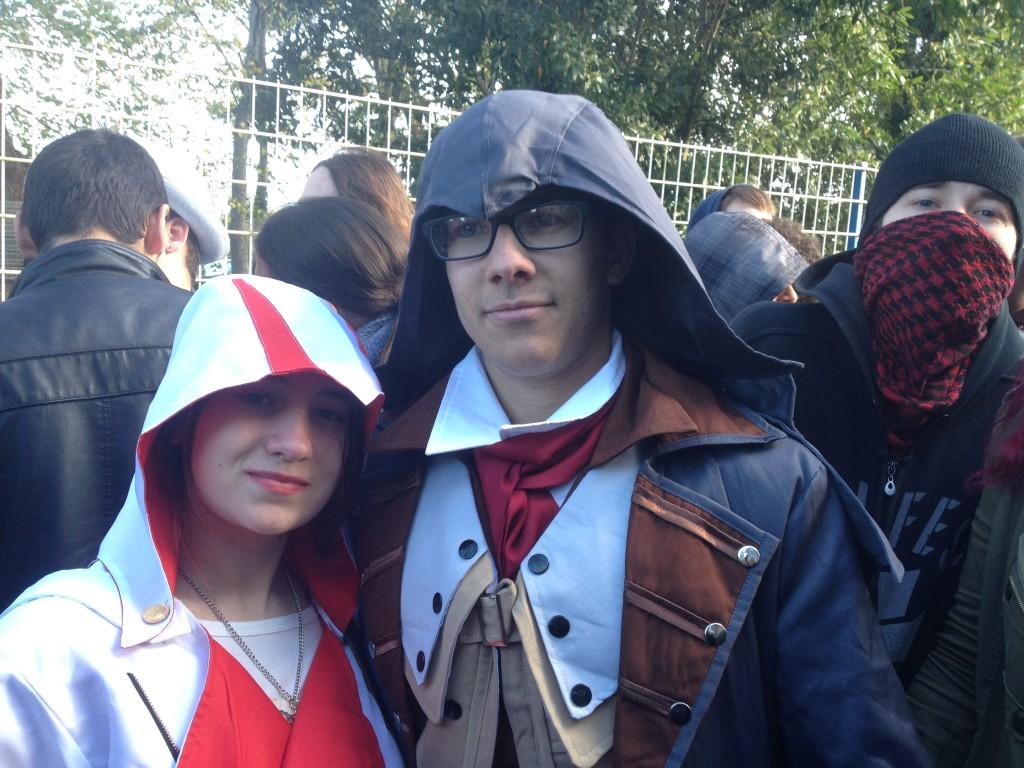 Chouettes costumes pour ces deux fans d'Assassin's Creed !